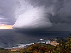 Para o mês de julho, a foto escolhida foi a de Bruce Cooper, mostrando uma gigantesca muralha de nuvens em Era Beach, ao sul de Sydney  Foto: Escritório de Meteorologia da Austrália/Bruce Cooper/BBC Brasil