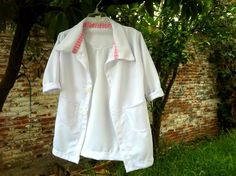 Paso a paso, como hacer una bata de doctor para niño, #Fiesta #DoctoraJuguetes… Chef Jackets, Sewing, Diy, Fashion, Gowns, Mariana, Kids Costumes Boys, Children Costumes, Things To Sell