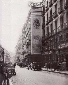 Calle Del Arenal. Años 20. Best Hotels In Madrid, Barcelona, Madrid Travel, Foto Madrid, World Cities, Cadiz, Most Beautiful Cities, Vintage Photographs, Old Pictures