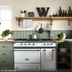 Die Küchengestaltung in Dunkelgrün erdet den klassischen Touch der Küche und bringt etwas natürlichen Charme in die Küche. Bunte Fliesen im mediterranen…