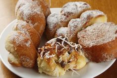 Sentido horário - Rosquinha amanteigada; rabanada; brioche francês com gotas de chocolate e coco; rosquinha frita