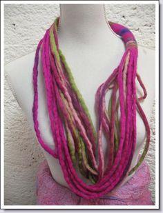 Sieraad van merinwol.  Ze kunnen in elke gewenste kleurencombinatie gemaakt worden .