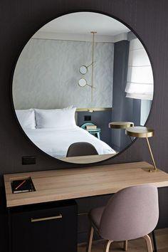 géant miroir au-dessus du bureau suspendu