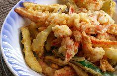 Delizioso fritto misto tipico della cucina giapponese, il tempura di verdure e gamberi è una ricetta leggera e saporita.