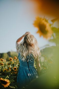 23 Smart Street Style Outfits For College - Luxe Fashion New Trends Sunflower Photography, Cute Photography, Summer Photography, Senior Photography, Portrait Photography, Sunflower Pictures, Sunflower Fields, How To Pose, Picture Poses