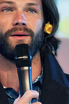 Omg! Jared <3 I love this pic his eyes are beautiful , it's like watch the sea