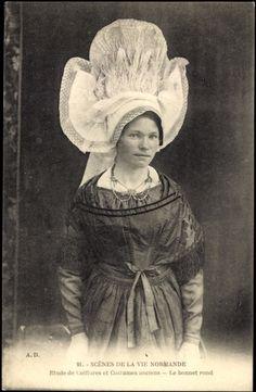 Frau in normannischer Tracht mit hoher Spitzenhaube