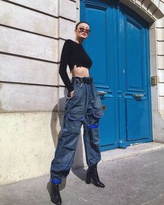 Cargo pants for women is the new mom jean! I'm sorry to say that but, because of this trend, mom jeans became old fashioned! Cargo Pants Outfit, Cargo Pants Women, Pants For Women, Denim Cargo Pants, Baggy Trousers, Leather Pants, Stage Outfit, Estilo Cool, Vintage Outfits