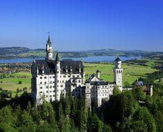 Schloss #Neuschwanstein - Hoch oben auf einem zerklüfteten Felsen ließ König Ludwig II. das Schloss Neuschwanstein errichten. Das Märchenschloss liegt inmitten der malerischen Alpenlandschaft des Allgäus und zählt zu den meistbesuchten Schlössern Europas. Rund 1,3 Millionen Besucher pilgern Jahr für Jahr nach Neuschwanstein.