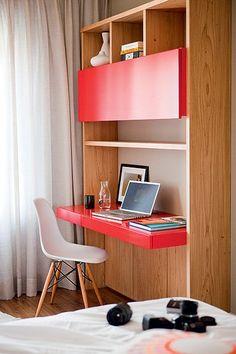 O quarto é o ambiente preferido da moradora Alessandra Pinheiro, por causa da vista para a Cidade Universitária, em São Paulo. Por isso, lá fica o home office com marcenaria vermelha, sua cor favorita, projetado pelo arquiteto Mauricio Arruda