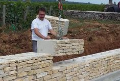 Retaining wall like stone look Mur en pierre- ECOmuret Marc Delallande Garden Retaining Wall, Stone Retaining Wall, Landscaping Retaining Walls, Garden Mulch, Patio Stone, Stone Backyard, Brick Garden, Backyard Patio, Backyard Landscaping
