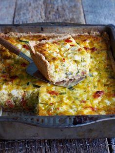 Hvem sa at pai må være rund? Det er selvsagt opp til deg om du vil lage en rund eller firkant pai, men denne oppskriften bør prøves uansett hvilken form du bestemmer deg for. Pai med purre og soltørkede tomater er nemlig fantastisk godt. Bruk gjerne soltørkede tomater som har ligget i en smaksatt olje [...]Read More... Vegan Lentil Soup, Lentil Soup Recipes, Egg Recipes, Lentils, Lasagna, Nom Nom, Food And Drink, Lunch, Snacks
