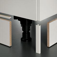 Les pieds des meubles sont en PVC. Réglables, ils isolent parfaitement de tout risque d'humidité et s'adaptent au niveau du sol. De différentes hauteurs, ils permettent un ajustement parfait de la hauteur de travail qui vous convient.