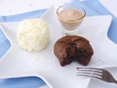 Chocolademousse met likeur 43, sneeuwballen van ijs met witte chocoladeschaafsel en een chocolade-cappuccinocakeje met een lopend hart.