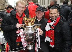 Scholes with Ferguson and Giggs posing with the Premier League trophy in 2011