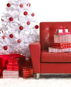 White Christmas trees: an excellent choice to decorate the house for the holidays. red and white Christmas