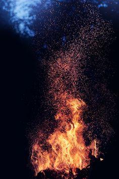 C'est là que tout a commencé. Le foyer qui réchauffe, qui pousse la nuit plus loin, qui se fait lieu de partage et de souvenirs. Anciens et derniers nés,  rassemblés autour de ce feu puissant qui délie les paroles et révèle la magie de la Vie.