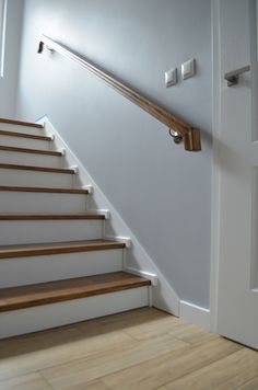 Wood Treads and Risers Awesome Collection Diy Jak Odnowić Stare Drewniane Schody Stairs Handrail Height, Stair Railing Design, Stair Handrail, Staircase Remodel, Staircase Makeover, Dream Home Design, House Design, Stairs Stringer, Treads And Risers