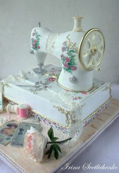 Ideas sewing machine cake vintage for 2019 Pretty Cakes, Cute Cakes, Beautiful Cakes, Amazing Cakes, Crazy Cakes, Fancy Cakes, Sewing Cake, Sewing Machine Cake, Unique Cakes