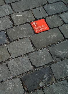 This bright red square catches your eye and provides direction in a classy way to help attendees find the convention center - STADT SOLOTHURN TOURISTISCHES LEITSYSTEM - signaletique