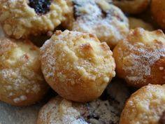 Těsto zaděláme běžným způsobem, kvásek, mouka promíchaná se solí a cukrem, žloutek, rozpuštěný tuk, vlahé mlého, řádně zpracujeme a ihned děláme... Christmas Cookies, Sweet Recipes, Ham, Biscuits, Sweet Treats, Food And Drink, Sweets, Bread, Baking