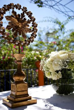 To the table of ceremony, the image of the Holy Spirit - by Vida em Festa