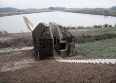 Pour le projet «bunker 599″ aux Pays Bas une équipe d'architecte ont déplacé et découpé en deux un bunker de la seconde guerre mondiale pour lui donner une nouvelle vie.