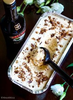 Baileys-jäätelö No Bake Desserts, Delicious Desserts, Dessert Recipes, I Love Food, Good Food, Yummy Food, Flan, Finnish Recipes, Sorbet Ice Cream