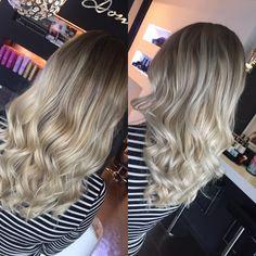 Der Balayage Trend lässt nicht nach. Auch diese Dame wollte mit ihrer Frisur voll im Trend liegen und entschloss sich dazu sich einen Balayage färben zu lassen. Wir haben hier einen Softbalayage, der sehr weich verläuft. Er erstrahlt in einem wunderschönen Blond und brachte auch die Kundin zum Strahlen. Um das Finish perfekt zu machen bekam die Kundin mit dem GHD Styler noch Wellen ins Haar gezaubert.