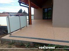 Mramorový kamínek TopStone Rosa Corallo na terásce u rodinného domu na Zlínsku vypadá nádherně!  https://eshop.topstone.cz/kamenny-koberec-rosa-corallo-exterier.html  #topstone #mramorovýkoberec #kamínkovýkoberec #exteriér #terasa #kombinacemateriálů #inspirace