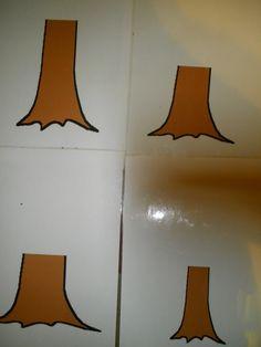 Klei werkblad: takken rollen en vastmaken aan de stam van de boom.