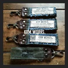 デニムとカーキの組み合わせは大好き。そこに焦げ茶色の革が入ると引き締まってカッコいい。  バッグにつけてもカッコイイと思います。   ++ in... Craft Bags, Recycled Denim, Hang Tags, Leather Craft, Handicraft, Diy And Crafts, Sewing, Canvas Bags, Fabric