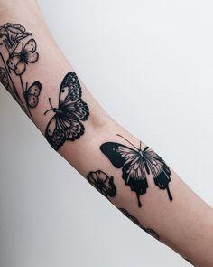 Botanical tattoos by Finley Jordan inked on the left arm Piercing Tattoo, Botanisches Tattoo, Body Art Tattoos, Small Tattoos, Sleeve Tattoos, Cool Tattoos, Piercings, Tatoos, Butterfly Tattoos On Arm