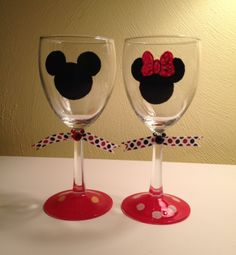 Mini and Mickey Wine Glass. Decorated Wine Glasses, Hand Painted Wine Glasses, Painted Wine Bottles, Disney Wine Glasses, Wine Bottle Glasses, Wine Glass Crafts, Wine Bottle Crafts, Deco Disney, Glass Painting Designs