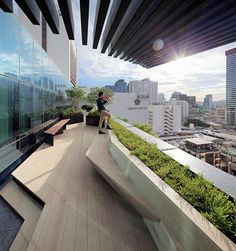 A green roof top or living rooftop is basically a roof of a new expanding that is actually considerably or completely covered by using vegetation along with a growing medium, planted over the dry-proofing. Terrace Building, Rooftop Terrace Design, Rooftop Garden, Landscape Architecture, Landscape Design, Garden Design, Sustainable Architecture, Residential Architecture, Contemporary Architecture