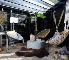 WOOOD Jane (binnen-buiten) stoel rotan. Het mooie weer is eindelijk hier. Ben je op zoek naar een stoel die een blikvanger is en die je zowel binnen als buiten kunt gebruiken? Dan is deze Jane loungestoel een echte aanrader. #stoel #tuinstoel #chair #veranda #buitenleven #interieur #home #homedecor #wonen #styling #inspiratie Hanging Chair, Exterior, Outdoor Decor, Garden, Inspiration, Furniture, Home Decor, Loft, Lounge Chairs