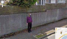 """Google Streetview Netzlegende: Der mysteriöse """"Horse-Boy"""" - Die Identität des Mannes mit Pferdemaske am Rand einer Straße im schottischen Aberdeen ist nicht bekannt."""