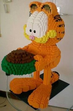 awesome Garfield made out of Legos. I would love to find out how on earth the Le. awesome Garfield made out of Legos. I would love to find out how on earth the Lego artists can build such awesome sculptures. Lego Design, Lego Toys, Lego Duplo, Lego Sculptures, Lego Animals, Amazing Lego Creations, Lego Boards, Lego Club, Lego Construction
