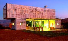 Essa casa foi projetada usando Contêineres e Pallets, mais uma ideia de casa #Earthkeepers.