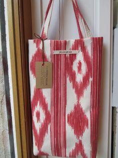 Bolsa realizada en tela de lenguas mallorquinas. Made in La Tienda Taller