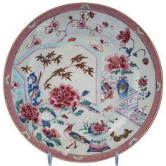 Assiette peinte dans les émaux de la famille rose à décor de faisans en porcelaine de Chine de la Compagnie des Indes d'époque Yongzheng À décor en plein dans les émaux de la famille rose de deux faisans dans un jardin.