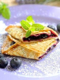 Crepes with blueberries - Per girare le vostre Crepes ai mirtilli seguite il consiglio della nostra cuoca step by step! Diventerete un mago delle frittelline francesi!