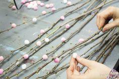 Puschelige Ostern – ein DIY Osterstrauss – DIY – Ostern – Home crafts Diy Home Decor Easy, Diy Home Crafts, Easy Diy Crafts, Decor Crafts, Home Decoration, Creative Crafts, Yarn Crafts, Ostern Party, Diy Ostern