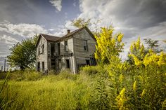 An abandoned home near Prairie Home in Cooper County Missouri by Notley Hawkins Photography. Taken with a Canon EOS 5D Mark IV camera with a Canon EF16-35mm f/4L IS USM lens at ƒ/8.0 with a 1/160 second exposure at ISO 100. Processed with Adobe Lightroom CC.