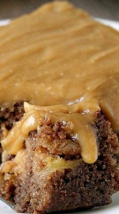 Caramel Apple Cake with Salted Caramel Frosting Apple Cake Recipes, Apple Desserts, Köstliche Desserts, Delicious Desserts, Dessert Recipes, Apple Sheet Cake Recipe, Cookie Recipes, Food Cakes, Cupcake Cakes