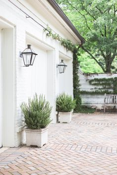 Love the driveway and the exterior white painted brick Pintura Exterior, Exterior Lighting, Outdoor Lighting, Garage Lighting, Lighting Ideas, Lighting Design, Landscape Lighting, Outdoor Garage Lights, Exterior House Lights