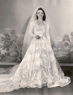 6 Beautiful Wedding Dress Trends in 2020 White Wedding Gowns, Wedding Dress Trends, Wedding Attire, Wedding Dresses, Wedding Bride, Vintage Wedding Photos, Vintage Bridal, Vintage Weddings, 1940s Wedding