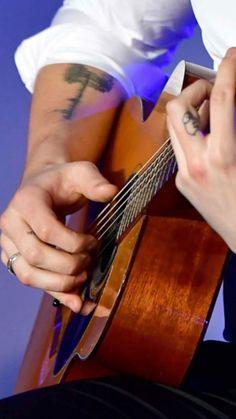 "I didn't know about his new ,,8"" tattoo ❤️ #shawnmendes #tattoo #shawnmendestattoo  #guitar follow me on IG: christinnepr ❤️"