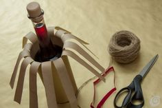 confezione_regalo_natale_bottiglia Wrapped Wine Bottles, Beer Bottle, Gift Wrapping, Diy Crafts, Hampers, Scissors, Gifts, Ideas, Crates