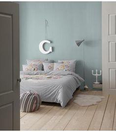 Chambre mur vert grisé | Light Grey green wall bedroom